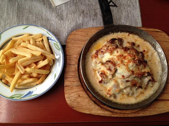 ドイツの肉料理とフライドポテト